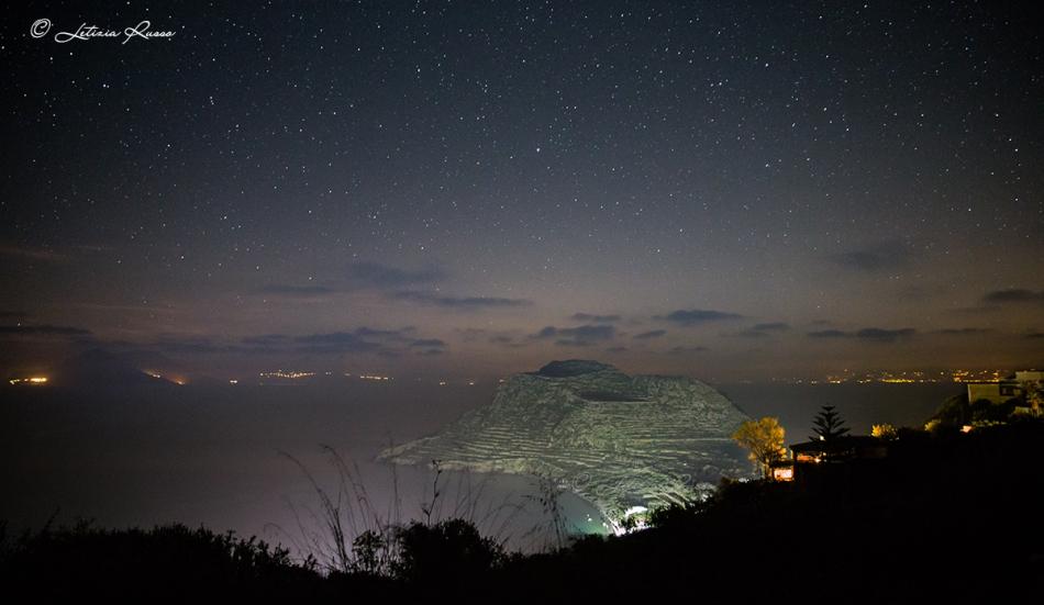 La notte delle isole ha una marcia in più, è buia, molto buia, tanto buia che riscopri il cielo.
